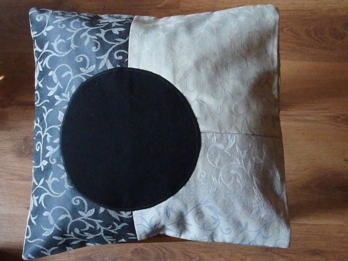 Eko poduszka gobelinowa z czarnym kołem