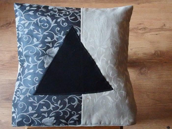 Eko poduszka gobelinowa z czarnym trójkątem