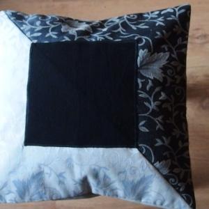 Gobelinowa z czarnym kwadratem